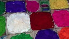 Ξηρά σκόνη χρώματος για την πώληση στην τοπική αγορά στο Κατμαντού, Νεπάλ απόθεμα βίντεο