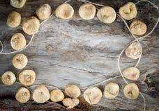 Ξηρά σύκα στο ηλικίας ξύλο Στοκ Εικόνες