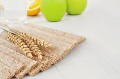 Ξηρά τραγανά ψωμιά διατροφής με τα αυτιά του σίτου Στοκ Φωτογραφία