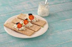 Ξηρά τραγανά ψωμιά διατροφής με το τυρί, τις ντομάτες κερασιών και τις ελιές στοκ φωτογραφία με δικαίωμα ελεύθερης χρήσης