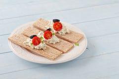 Ξηρά τραγανά ψωμιά διατροφής με το τυρί, τις ντομάτες κερασιών και τις ελιές στοκ εικόνα με δικαίωμα ελεύθερης χρήσης