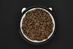 Ξηρά τρόφιμα γατών ή σκυλιών στο στρογγυλό κύπελλο στοκ εικόνες με δικαίωμα ελεύθερης χρήσης