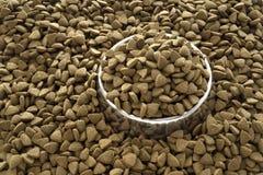 ξηρά τρόφιμα σκυλιών κύπελλ Στοκ εικόνα με δικαίωμα ελεύθερης χρήσης