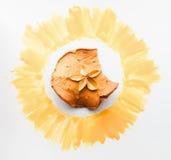 Ξηρά φέτα μήλων στη χρυσή κινηματογράφηση σε πρώτο πλάνο πλαισίων Στοκ Εικόνες