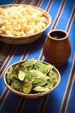 Ξηρά φύλλα κοκών και τσάι κοκών Στοκ φωτογραφία με δικαίωμα ελεύθερης χρήσης