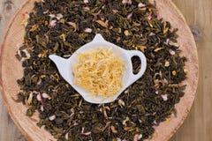 Ξηρά χορτάρια για το τσάι, σε ένα ξύλινο στρογγυλό πιάτο Ελεύθερου χώρου για το κείμενο διάστημα αντιγράφων Στοκ εικόνες με δικαίωμα ελεύθερης χρήσης