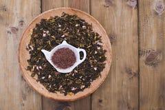 Ξηρά χορτάρια για το τσάι, σε ένα ξύλινο στρογγυλό πιάτο Ελεύθερου χώρου για το κείμενο το διάστημα αντιγράφων, επίπεδο βάζει Στοκ φωτογραφία με δικαίωμα ελεύθερης χρήσης