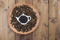 Ξηρά χορτάρια για το τσάι, σε ένα ξύλινο στρογγυλό πιάτο Ελεύθερου χώρου για το κείμενο το διάστημα αντιγράφων, επίπεδο βάζει Στοκ Εικόνα