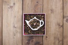 Ξηρά χορτάρια για το τσάι, σε ένα ξύλινο στρογγυλό πιάτο Ελεύθερου χώρου για το κείμενο το διάστημα αντιγράφων, επίπεδο βάζει Στοκ Φωτογραφία