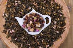 Ξηρά χορτάρια για το τσάι, σε ένα ξύλινο στρογγυλό πιάτο Ελεύθερου χώρου για το κείμενο διάστημα αντιγράφων Στοκ εικόνα με δικαίωμα ελεύθερης χρήσης