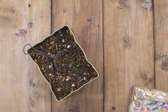 Ξηρά χορτάρια για το τσάι, σε ένα ξύλινο στρογγυλό πιάτο Ελεύθερου χώρου για το κείμενο διάστημα αντιγράφων Στοκ φωτογραφία με δικαίωμα ελεύθερης χρήσης