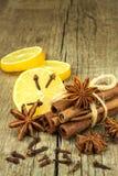 Ξηρά χορτάρια και καρύκευμα Αστέρι του γλυκάνισου, των ραβδιών κανέλας και των γαρίφαλων που βρίσκονται στον ξύλινο πίνακα, που κ Στοκ Φωτογραφίες