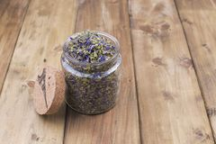 Ξηρά χορτάρια και λουλούδια για το τσάι Ξύλινο υπόβαθρο και ελεύθερου χώρου για το κείμενο ή τις κάρτες διάστημα αντιγράφων Στοκ Εικόνες