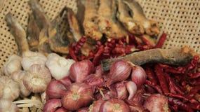Ξηρά ψάρια και χορτάρια στο καλάθι μπαμπού στοκ εικόνες με δικαίωμα ελεύθερης χρήσης