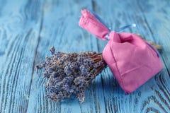 Ξηρά lavenders στον ξύλινο πίνακα Στοκ φωτογραφία με δικαίωμα ελεύθερης χρήσης