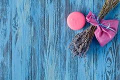 Ξηρά lavenders στον ξύλινο πίνακα Στοκ Εικόνες