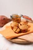 Ξηρά muffins σταφίδων γλυκών πατατών στον ξύλινο τέμνοντα πίνακα στοκ φωτογραφία με δικαίωμα ελεύθερης χρήσης