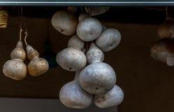 Ξηρές κολοκύθες που κρεμούν από το ανώτατο όριο σε ένα μικρό ελληνικό taverna Κέρκυρα Ελλάδα Στοκ εικόνες με δικαίωμα ελεύθερης χρήσης