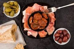 Ξηρές ντομάτες με το prosciutto, την κάπαρη και την ελιά άνωθεν στοκ εικόνα με δικαίωμα ελεύθερης χρήσης
