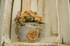Ξηρές συνθέσεις λουλουδιών στον κάδο μετάλλων στο άσπρο ξύλινο κιβώτιο Στοκ Εικόνες