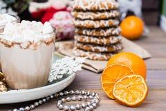 Ξηρές φέτες μανταρινιών, καυτό κακάο με marshmallows και τα μπισκότα Χριστουγέννων στις διακοσμήσεις Χριστουγέννων στοκ φωτογραφία με δικαίωμα ελεύθερης χρήσης