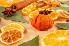 Ξηρές φέτες των πορτοκαλιών, λεμόνια, γλυκάνισο αστεριών, ραβδιά κανέλας, υπόβαθρο Χριστουγέννων Στοκ εικόνες με δικαίωμα ελεύθερης χρήσης