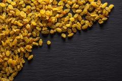 Ξηρές χρυσές σταφίδες σουλτάνα στην γκρίζα πέτρα στοκ φωτογραφίες