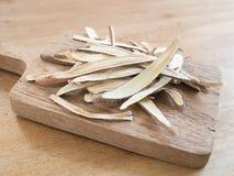 Ξηρές liquorice ρίζες στον ξύλινο δίσκο Στοκ φωτογραφία με δικαίωμα ελεύθερης χρήσης