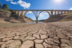 Ξηρασία στην ισπανική δεξαμενή με την οδογέφυρα στοκ εικόνες με δικαίωμα ελεύθερης χρήσης