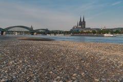 Ξηρασία στη Γερμανία, χαμηλό νερό στον ποταμό του Ρήνου στοκ εικόνες