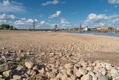 Ξηρασία στη Γερμανία, χαμηλό νερό στον ποταμό του Ρήνου Στοκ εικόνες με δικαίωμα ελεύθερης χρήσης