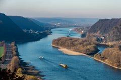 Ξηρασία στη Γερμανία, χαμηλό νερό του ποταμού του Ρήνου σκάφη φορτίου μεταφορών νερού andernach koblenz πλησίον στα influending στοκ φωτογραφίες
