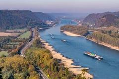 Ξηρασία στη Γερμανία, χαμηλό νερό του ποταμού του Ρήνου σκάφη φορτίου μεταφορών νερού andernach koblenz πλησίον στα influending στοκ φωτογραφίες με δικαίωμα ελεύθερης χρήσης