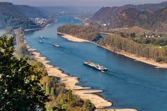 Ξηρασία στη Γερμανία, χαμηλό νερό του ποταμού του Ρήνου σκάφη φορτίου μεταφορών νερού andernach koblenz πλησίον στα influending στοκ εικόνες με δικαίωμα ελεύθερης χρήσης