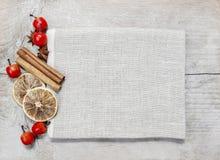 Ξηροί καρποί στο ξύλινο υπόβαθρο Στοκ Φωτογραφίες