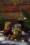 Ξηροί καρποί στο οινόπνευμα, προετοιμασία για το ψήσιμο του παραδοσιακού κέικ Stollen Χριστουγέννων στο σκοτεινό υπόβαθρο Ευρωπαϊ Στοκ Φωτογραφία