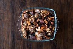 Ξηροί καρποί  Apple, βερίκοκο, Churchkhela, ξύλο καρυδιάς, ημερομηνία, φουντούκι, αμύγδαλο στο κύπελλο γυαλιού Στοκ Φωτογραφίες