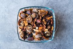 Ξηροί καρποί  Apple, βερίκοκο, Churchkhela, ξύλο καρυδιάς, ημερομηνία, φουντούκι Στοκ Φωτογραφίες