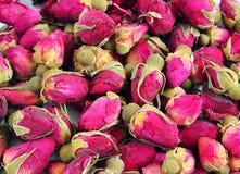 Ξηρός αυξήθηκε κεφάλια λουλουδιών για το τσάι, εκλεκτική εστίαση Στοκ Φωτογραφία