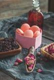 Ξηρός αυξήθηκε οφθαλμοί για το τσάι και ξηρός και ξηρός hibiscus στη ζάχαρη Κινεζικό τσάι από Yunnan Βισμούθιο Lo Chun διάστημα α Στοκ εικόνες με δικαίωμα ελεύθερης χρήσης