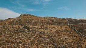 Ξηρός επίγειος λόφος με τις πέτρες και τους λίθους, τους ξηρούς Μπους, τους σκονισμένους δρόμους και τις καταστροφές απόθεμα βίντεο