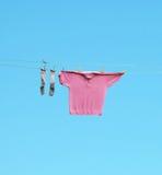 ξηρός κρεμάστε έξω τις κάλτσες πουκάμισων Στοκ Φωτογραφίες
