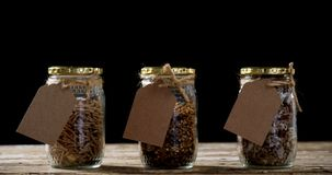 Ξηρός - μίγμα φρούτων στα βάζα ενός γυαλιού 4k απόθεμα βίντεο