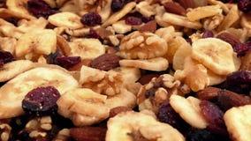 Ξηρός - περιστροφή μιγμάτων φρούτων και καρυδιών απόθεμα βίντεο