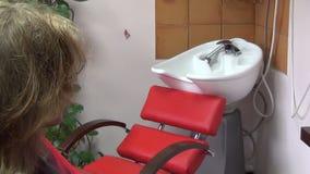 Ξηρός στεγνωτήρας χτυπήματος τρίχας κοριτσιών απόθεμα βίντεο