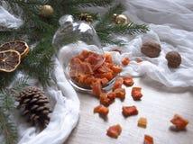 Ξηρός - τα πορτοκαλιά γλασαρισμένα φρούτα ανανά κολοκύθας φρούτων σε έναν πίνακα κάτω από ένα χριστουγεννιάτικο δέντρο γυαλιού ΚΑ Στοκ φωτογραφίες με δικαίωμα ελεύθερης χρήσης