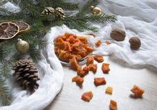 Ξηρός - τα πορτοκαλιά γλασαρισμένα φρούτα ανανά κολοκύθας φρούτων σε έναν πίνακα κάτω από ένα χριστουγεννιάτικο δέντρο γυαλιού ΚΑ Στοκ φωτογραφία με δικαίωμα ελεύθερης χρήσης