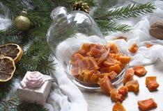 Ξηρός - τα πορτοκαλιά γλασαρισμένα φρούτα ανανά κολοκύθας φρούτων σε έναν πίνακα κάτω από ένα χριστουγεννιάτικο δέντρο γυαλιού ΚΑ Στοκ εικόνα με δικαίωμα ελεύθερης χρήσης