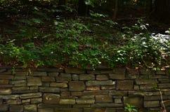 Ξηρός τοίχος πετρών σωρών στους βοτανικούς κήπους του Cornell Στοκ Εικόνα
