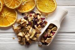 Ξηρός - τσάι φρούτων στον ξύλινο πίνακα Στοκ Φωτογραφία